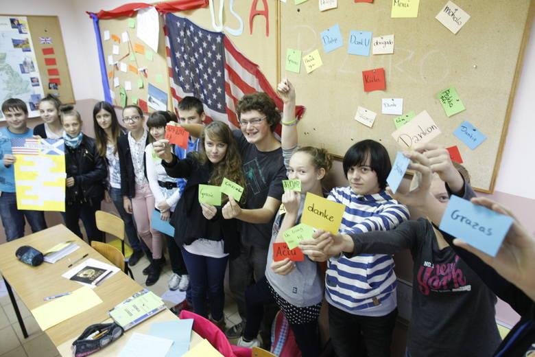 Uczniowie Społecznego Językowego Liceum Ogólnokształcące im. Alberta Einsteina w Opolu zorganizowali konkursy i quizy dla kolegów z gimnazjum.