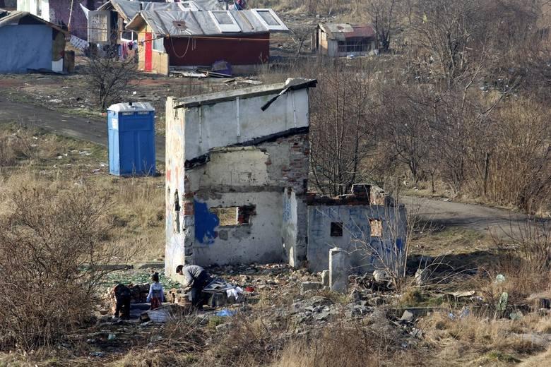 Mieszkańcy: Romskie koczowisko się rozbudowuje. Jest też coraz więcej samochodów... (ZDJĘCIA)