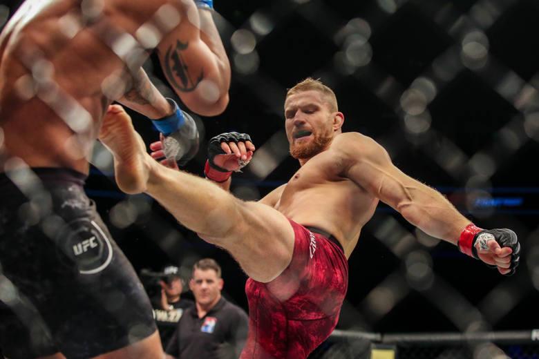 Serwis mmabreakdown.com zebrał informacje dotyczące zarobków zawodników UFC za 2020 rok. Podliczono oficjalne wypłaty (część komisji podaje je po galach,