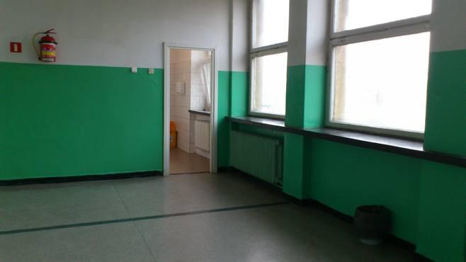 Nauczycielki i uczennice zaglądają do męskiej toalety. Drzwi usunięto, aby łapać palaczy