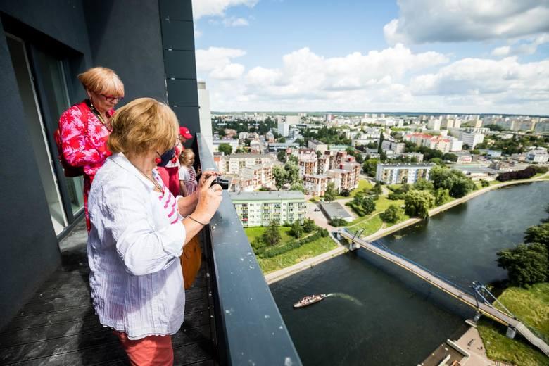 Baloniki w biało-czerwonych kolorach wypuszczone w niebo z najwyższego piętra wieżowców River Towers, podziwianie panoramy Bydgoszczy z wysokości 65