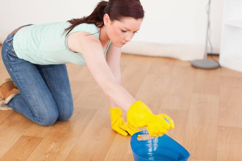 Mycie podłogi: 2,2-4,1 kcal/minZamiatanie: 2,6 kcal/minSzorowanie ręczne: 3,2 kcal/min