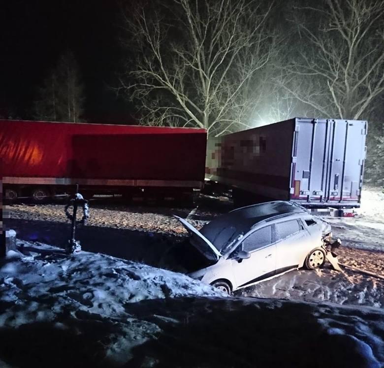 Jadące od strony Augustowa auto osobowe zatrzymało się aby wykonać manewr skrętu w lewo, w jego tył uderzyła ciężarówka, która zepchnęła renault clio