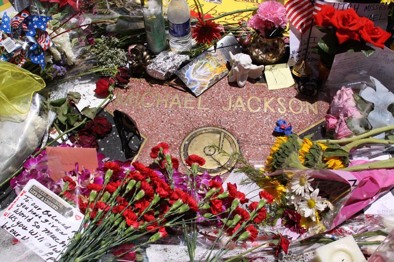 POGRZEB MICHAELA JACKSONAdata: 7 lipca 2009koszt: 1 mln dolarówKról Popu otrzymał ceremonię pogrzebową godną rodziny królewskiej. Całkowity koszt pogrzebu