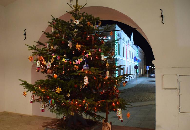 Krośnieńskie podcienia ozdobiły okazałe bożonarodzeniowe drzewka. Każde wygląda inaczej. Ich dekoracja to dzieło najmłodszych krośnian. Ozdoby zostały