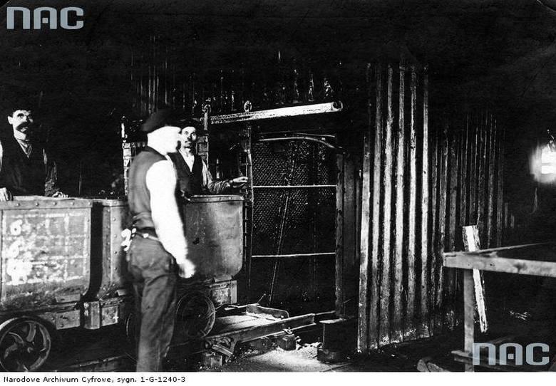 """Okres międzywojenny.<br /> Sortowanie węgla w kopalni """"Król"""" w Chorzowie"""