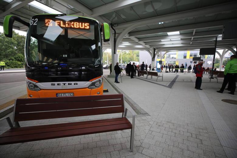 Jest tu sporo ławek dla pasażerów, zarówno pod dachem, gdzie są perony dla autokarów, jak i obok budynków. To spore udogodnienie dla pasażerów.