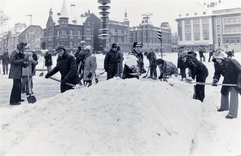 Odśnieżanie centrum Słupska – styczeń 1979.
