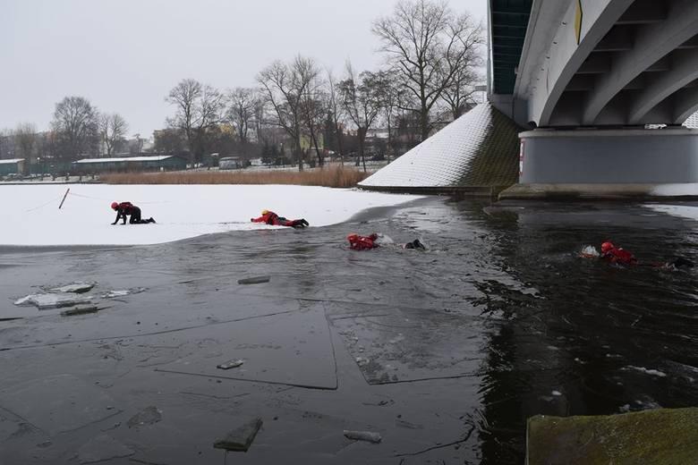 Dziś na jeziorze Gopło w Kruszwicy odbyły się ćwiczenia z ratownictwa na pokrywie lodowej. Uczestniczyli w nich ratownicy Nadgoplańskiego WOPR oraz strażacy