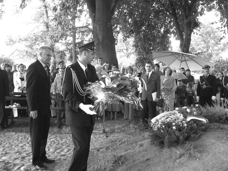Wiązankę kwiatów składa starosta świebodziński Zbigniew Szumski