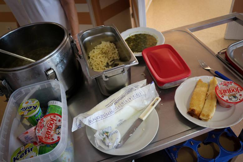 Posiłki w szpitalach to temat rzeka. Kojarzą nam się z ubogimi daniami niezbyt smacznymi. To jednak nie jest reguła. Zobaczcie, jak karmią w niektórych