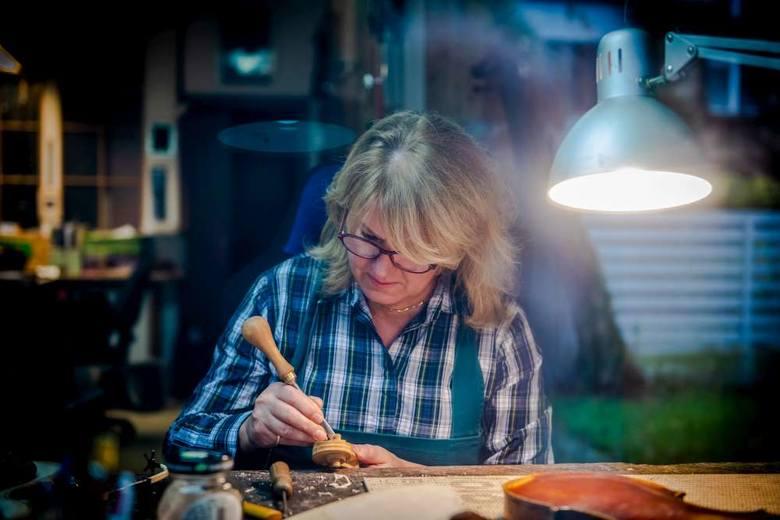 Lutnik musi łączyć umiejętności plastyczne, rzeźbiarskie z wiedzą akustyczną i wrażliwością muzyczną