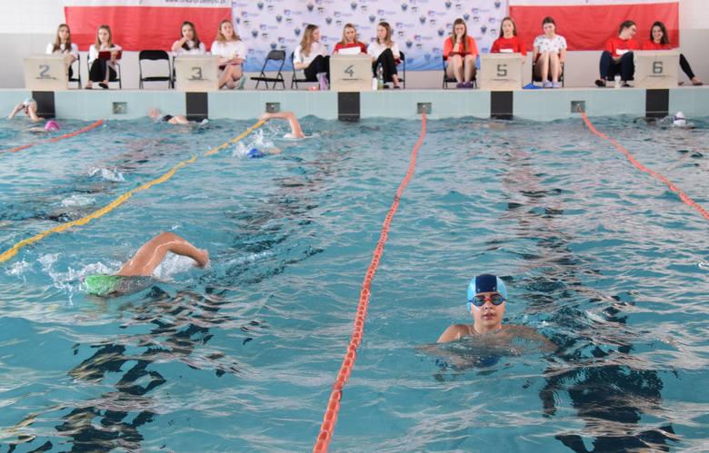 Przemyski maraton z okazji Dnia Flagi był propozycją dla wszystkich sympatyków pływania. Imprezę na krytej pływalni Przemyskiego Ośrodka Sportu i Rekreacji