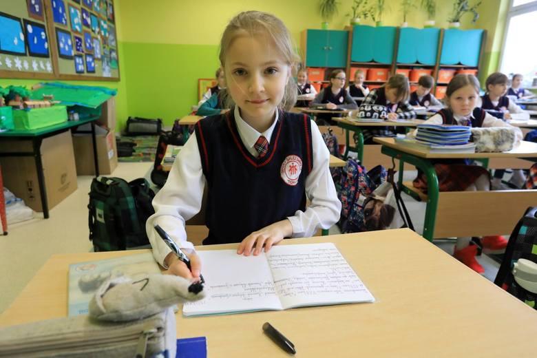Od lipca będzie można składać wnioski o wyprawkę szkolną 300 plus elektronicznie, a od sierpnia - tradycyjnie. Pieniądze mają dostać wszyscy uczniowie
