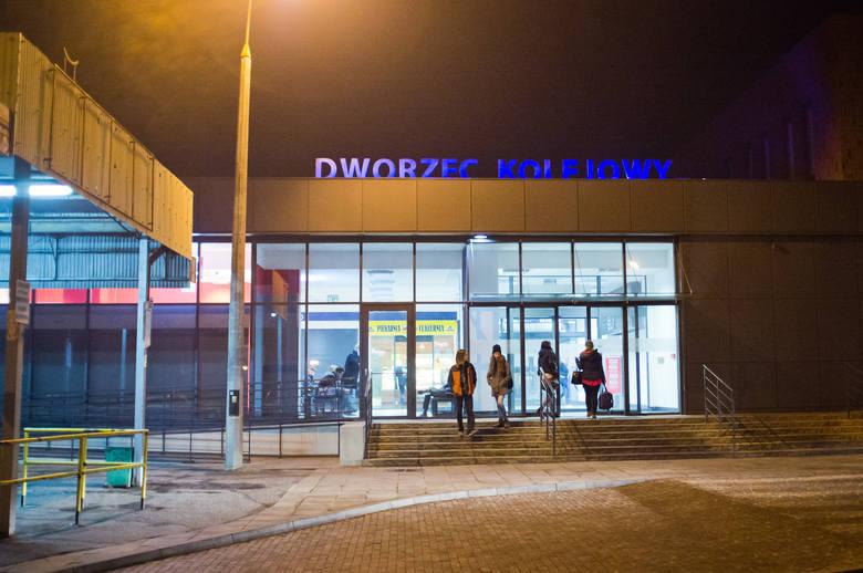 """""""Kiedy mogę, wsiadam do """"elfów""""Codziennie wielu mieszkańców Gniezna i powiatu dojeżdża pociągiem do Poznania. Część z nich dojeżdża na dworzec autobusem,"""