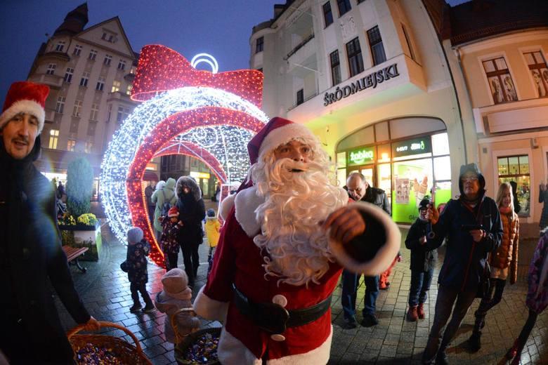 Czas pracy Świętych Mikołajów właśnie się rozpoczął. Już kursują po galeriach handlowych i firmowych spotkaniach. I kończą zapełniać terminarze na grudzień.