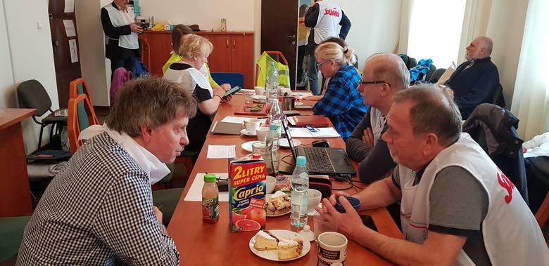 """Działania, mające na celu m. in. zwiększenie wynagrodzenia, prowadzą także związkowcy z oświatowej """"Solidarności"""". Od poniedziałku okupują małopolskie kuratorium oświaty. Do nauczycieli z Krakowa dołączyli też ci z innych miast -  w tym z Poznania."""