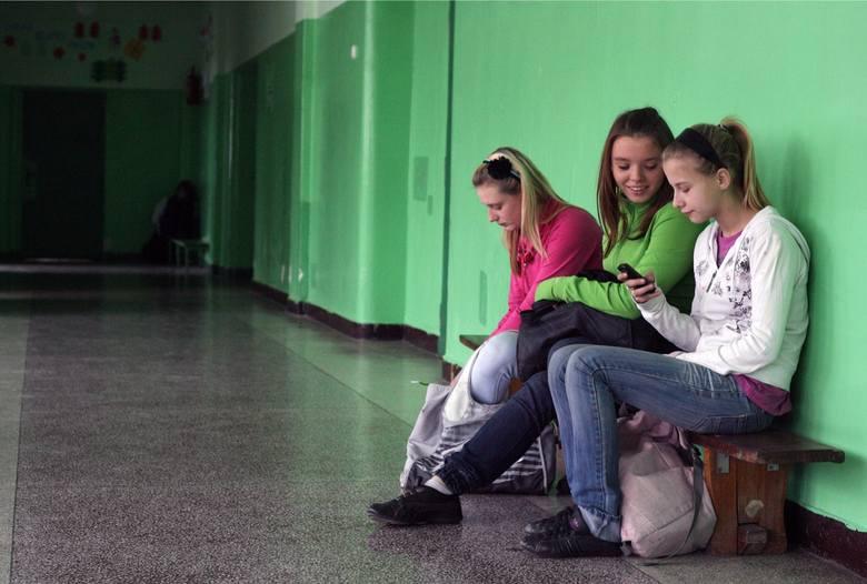 W wielu szkołach istnieje zakaz używania telefonów na lekcjach i w czasie przerw. Uczniowie jednak często się do zakazu nie stosują.