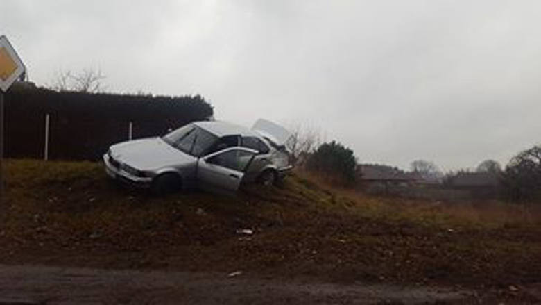 Do kraksy doszło w niedzielę, 11 grudnia, na ul. Truskawkowej w Zielonej Górze.Kierowca bmw jechał ul. Truskawkową. Padał deszcz. W pewnej chwili auto