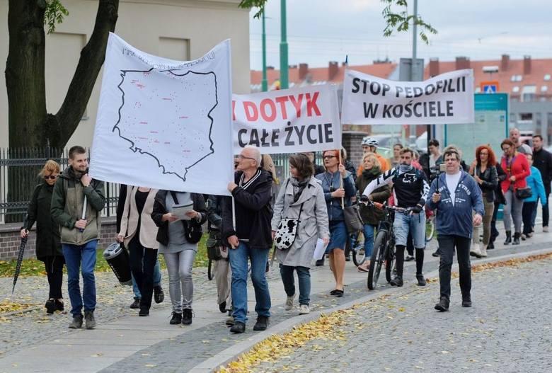 """""""Zły dotyk boli cale życie"""" - taki transparent nieśli w Poznaniu uczestnicy demonstracji """"Ręce precz od Dzieci"""","""