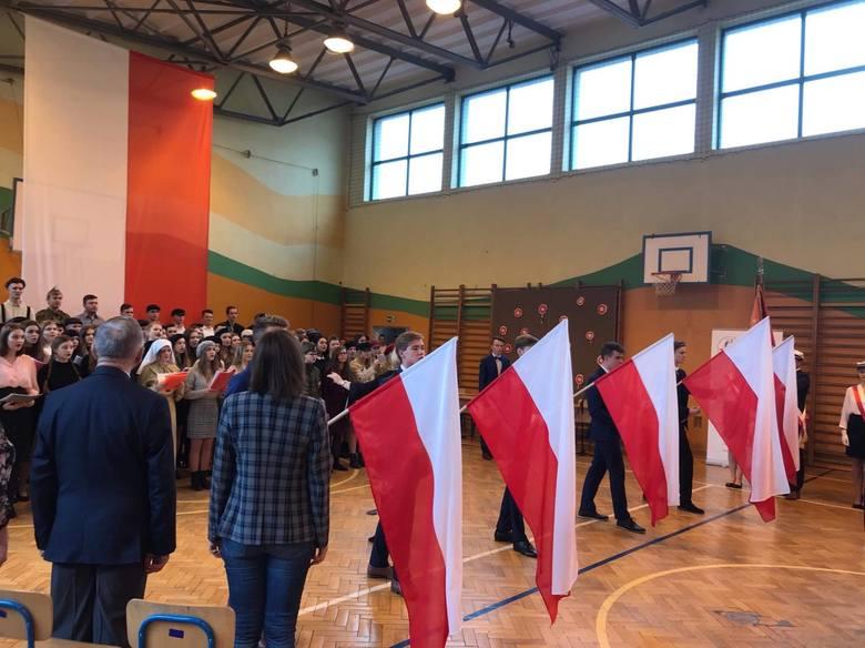 Szkoła do Hymnu - tak zaśpiewali w II Liceum Ogólnokształcącym w Sandomierzu (ZDJĘCIA)