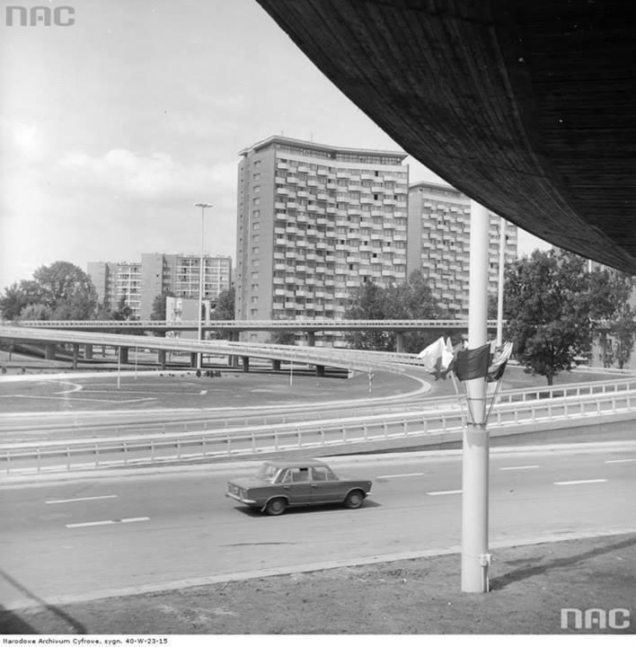 Fiat 125p na Trasie Łazienkowskiej przy ulicy Górnośląskiej Warszawie.