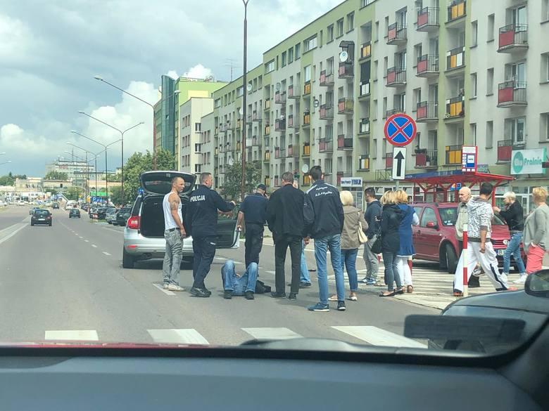 Około godziny 11 na ulicy Wyszyńskiego doszło do wypadku z udziałem pieszego. Zdjęcia pochodzą z portalu: zambrów.org