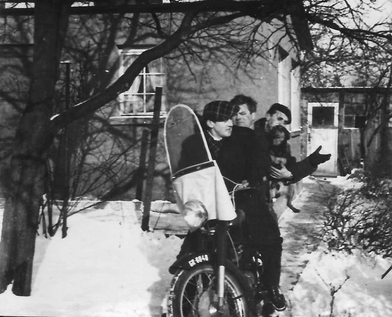 Dzielnica nie była zła. Przy ulicy Sobótki władze ulokowały siedzibę Towarzystwa Przyjaźni Polsko-Radzieckiej, zamienioną potem na ośrodek telewizyjny.  Za kierownicą pannonii bohater reportażu<br />