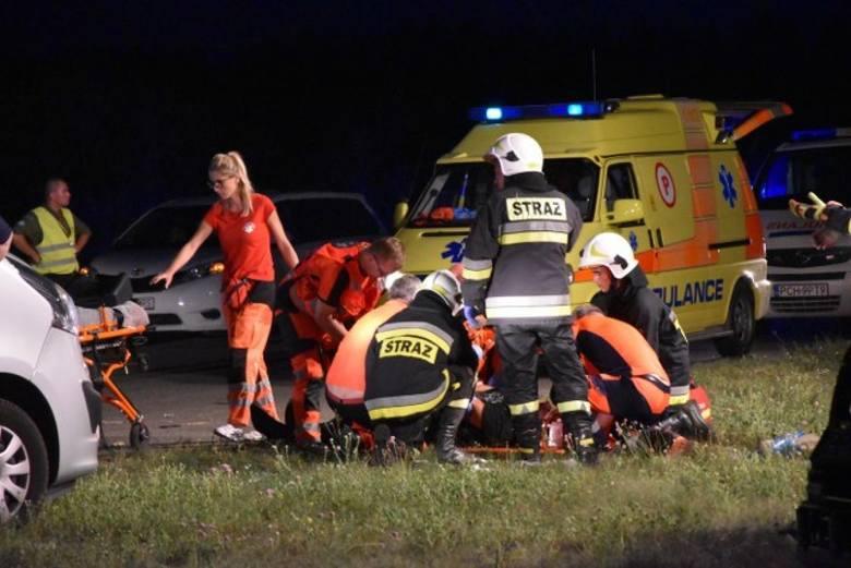 Jak się nieoficjalnie dowiedzieliśmy, motocyklista doznał urazu głowy. Trafił do szpitala. Przejdź do kolejnego zdjęcia --->