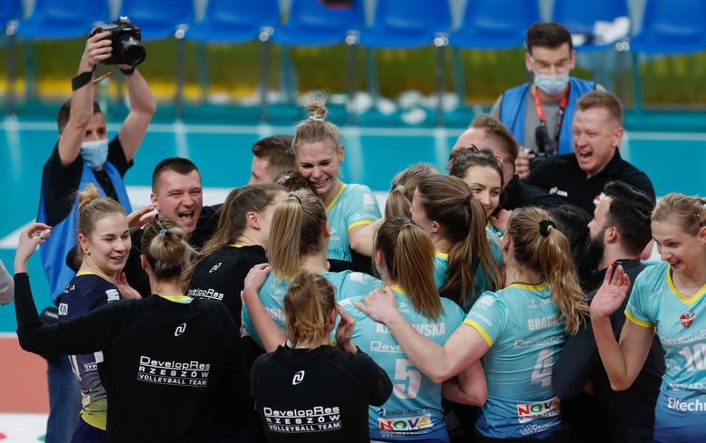 <strong>Developres SkyRes Rzeszów pokonał w półfinale Tauron Ligi ŁKS Łódź i po raz pierwszy w historii zagra w finale Mistrzostw Polski! </strong><br /> <br /> To był 199. mecz rzeszowianek w historii występów w krajowej elicie i jednocześnie największy sukces, bo ekipa Stephane'a Antigi zapewniła sobie...