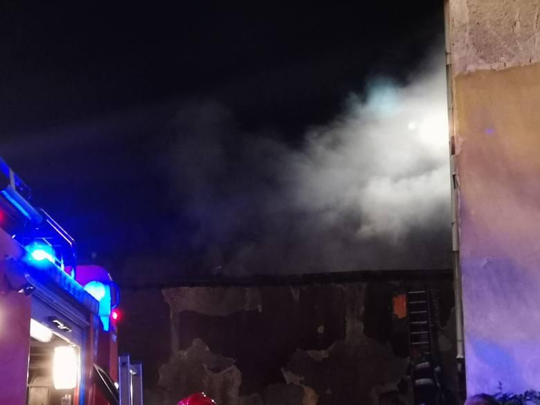 AKTUALIZACJA. Jak informują strażacy, pożar wybuchł w środę ok. godz. 22. Paliła się opuszczona przybudówka kamienicy przy ul. Kilińskiego w Grudziądzu.