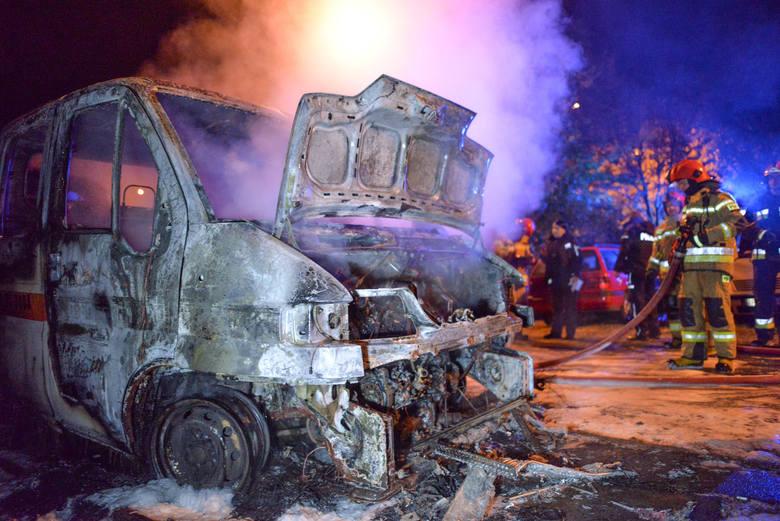 Pożar na osiedlu Kazanów w Przemyślu zauważono w poniedziałek około godz. 1 w nocy. Na ul. Opalińskiego zadysponowano dwa zastępy strażaków i patrol