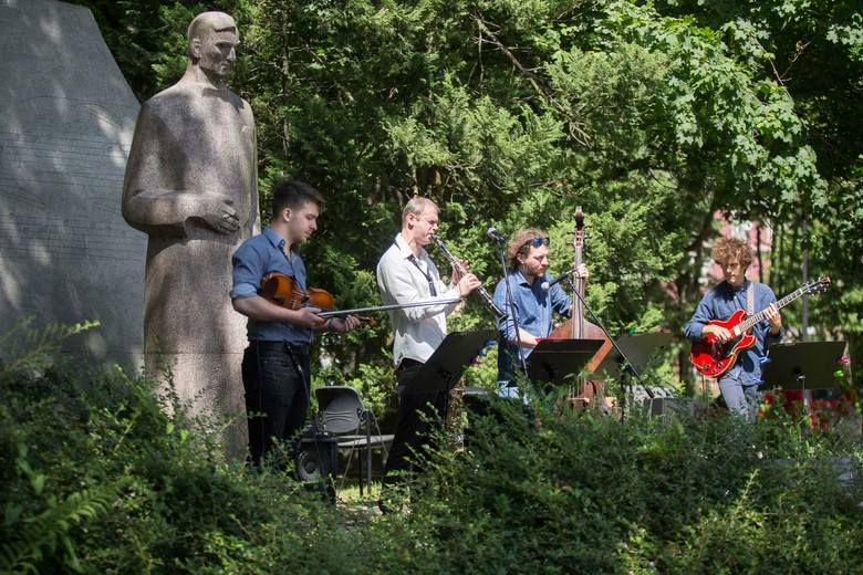 Muzyka zespołu to zderzenie europejskiego jazzu wywodzącego się od Django Reinharda z muzyką klasyczną i elementami wielonarodowościowego folkloru. Brzmienie