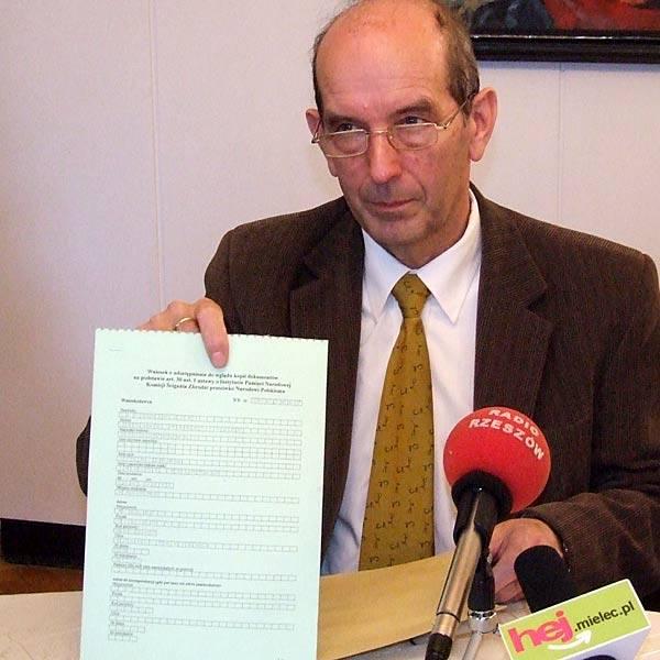 Janusz Chodorowski pokazuje dziennikarzom wniosek o odtajnienie dokumentów.