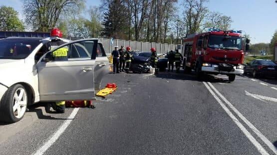 Do groźnego wypadku doszło dziś rano na drodze krajowej nr 6 w Sławnie. Kierujący Oplem najechał na inny samochód. Dwie osoby były opatrywane przez ratowników