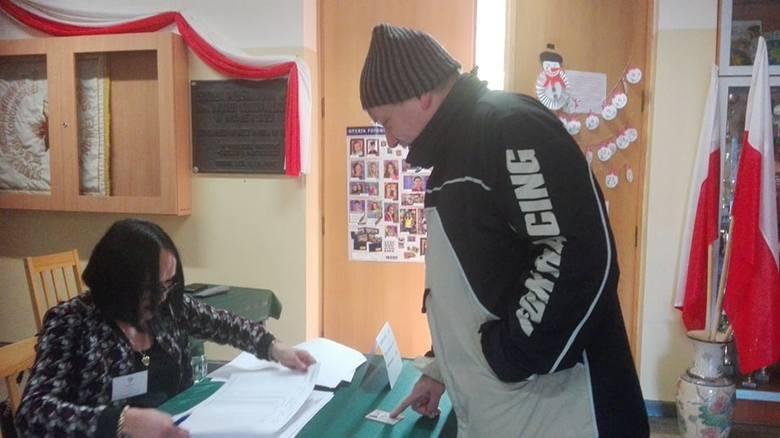 Przebieg głosowania w obwodowej komisji wyborczej nr 13. Na zdjęciu Waldemar Jacheć