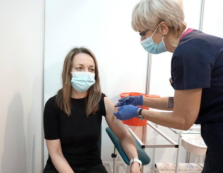 Szybsze szczepienia drugą dawką Astra Zeneki i dla ozdrowieńców. Część pacjentów z Łódzkiego już korzysta! Jak przyspieszyć szczepienie?