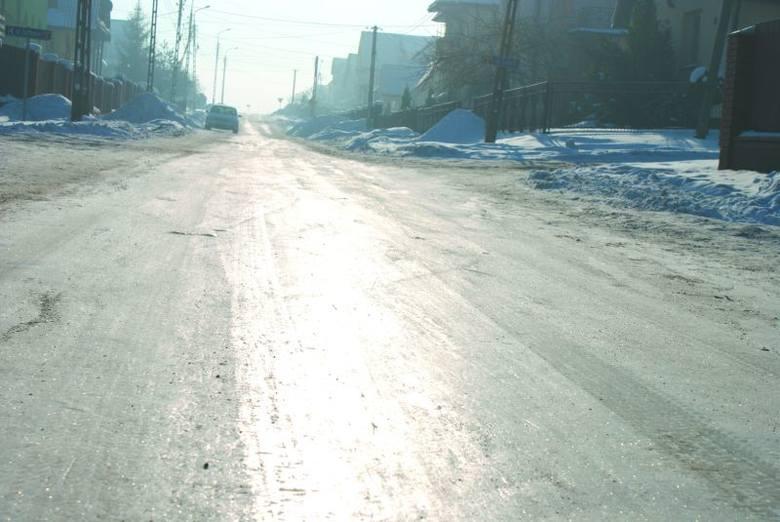 - Po ulicy ciężko jest normalnie przejść, starsze osoby muszą dosłownie iść przy płotach - skarży się mieszkanka ulicy Piaskowej.