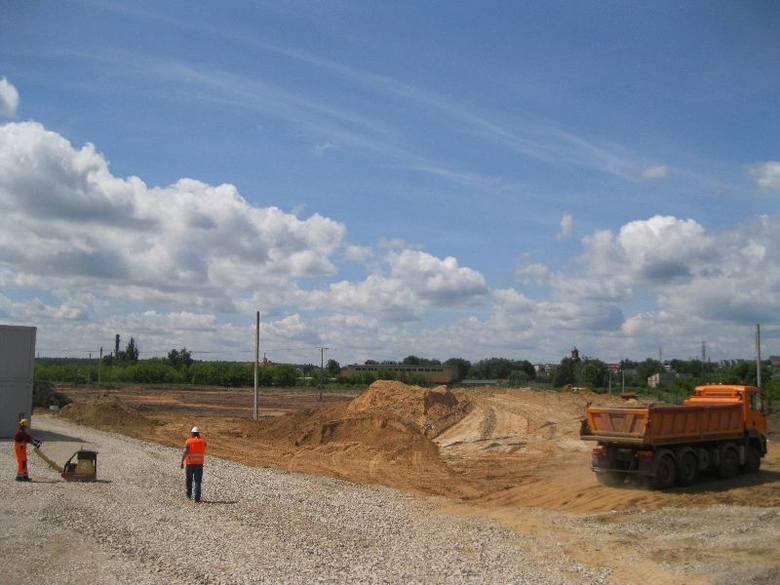 Ciężki sprzęt na placu budowy galerii Galardia w StarachowicachNa łąkach koło Targowiska Miejskiego w Starachowicach trwają intensywne prace ziemne przygotowujące