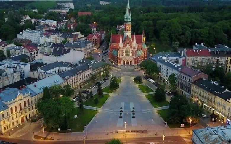 Rynek PodgórskiWolne Królewskie Miasto Podgórze zostało założone w XVIII w. przez Austriaków jako konkurencja dla Krakowa i nazywało się wtedy Josefstadt.