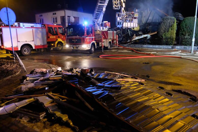 W domu jednorodzinnym w Oleszycach było 4 osoby. Wszystkim udało się uciec tuż przed wybuchem. Wybiegli z niego, gdy wyczuli gaz. Chwilę później dom