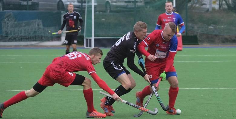 Mężczyźni (5.08)1. Belgia2. Australia3. IndieO brązowy medal:5.08 Niemcy - Indie 4:5Finał:5.08Australia - Belgia 1:1, karne 2:3.Półfinały:3.08 Indie