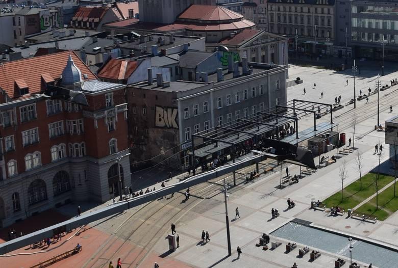 Słynne wiaty przystankowe przy rynku i Warszawskiej. Kto je wymyślił, do końca nie wiadomo. Miały pasować do industrialnego charakteru miasta. Tyle w