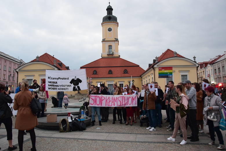 """Więzienie za edukację seksualną? Białostoczanie protestowali na Rynku Kościuszki w ramach akcji """"Jesień Średniowiecza"""" (ZDJĘCIA)"""