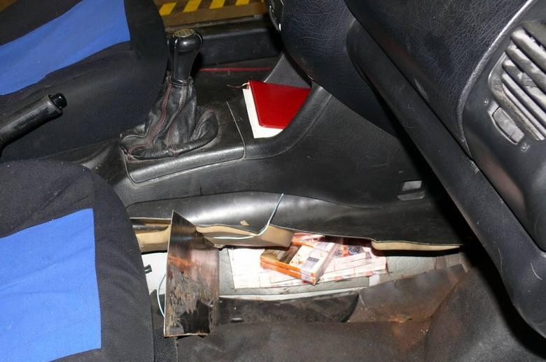 Nielegalne papierosy zostały znalezione w czterech samochodach osobowych, które wjechały jeden po drugim na przejście graniczne w Kuźnicy.