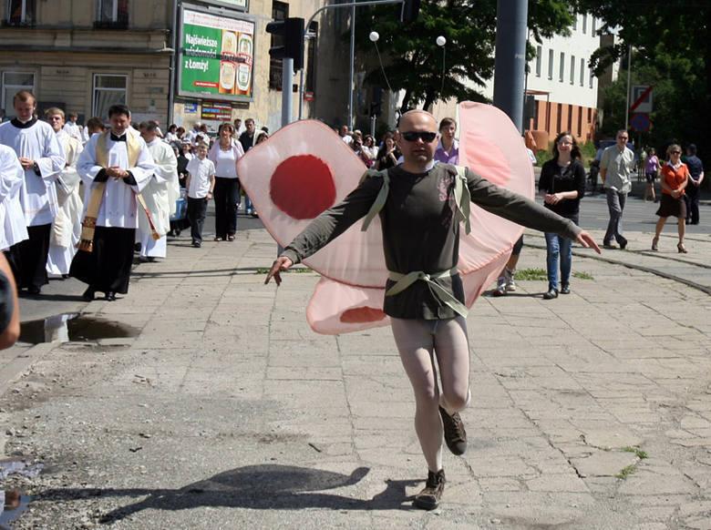 Paweł Hajncel zasłynął na całą Polskę w 2011 po tym jak udał się na procesję przy łódzkiej katedrze w stroju różowego motyla.
