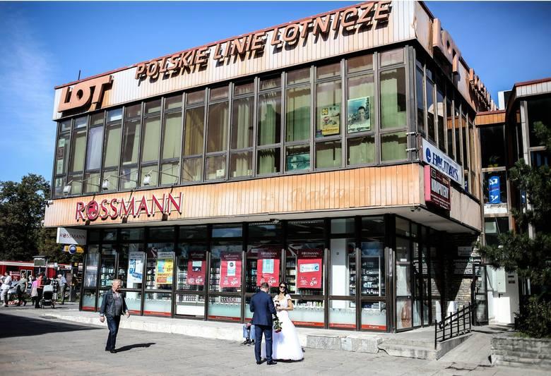 Budynek LOT-u nieopodal Bramy Wyżynnej, zbudowany w 1961 r., był przykładem  architektury modernistycznej. Teraz czekał na rozbiórkę, którą wstrzymał