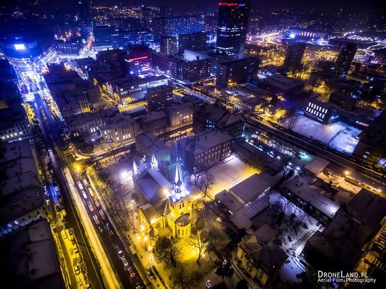 Jak wyglądają Katowice nocą z lotu ptaka? Teraz już możecie sami się o tym przekonać. Zdjęcia z drona Szymona Łukasika są niesamowite. Przedstawiają