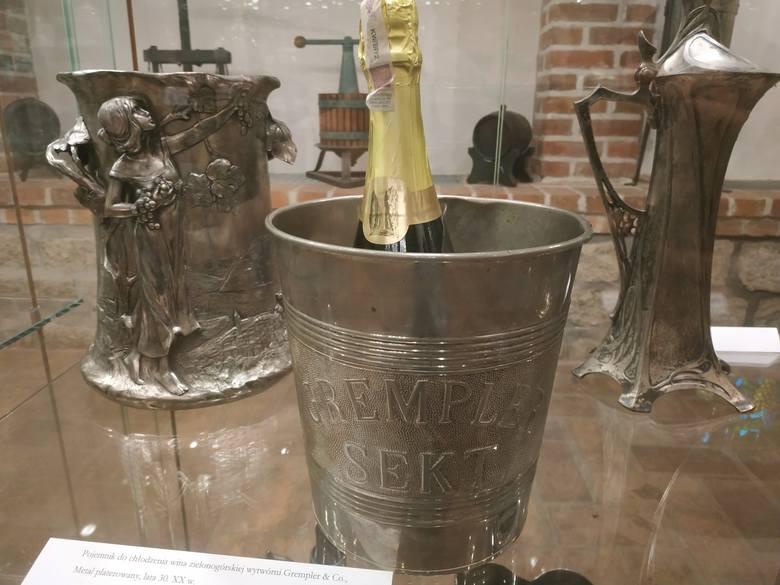 - Historia miejscowego winiarstwa jest pasjonująca, często mnie zaskakiwała - mówi szefujący działowi winiarskiemu Muzeum Ziemi Lubuskiej w Zielonej Górze  Arkadiusz Cincio. - Na przykład losy tych prywatnych, niewielkich winiarni, produkujących wina gronowe, ale także owocowe, które dobrze...