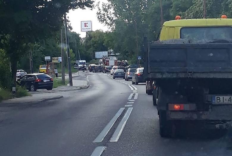 Kierowca volkswagena passata zjechał z ulicy i uderzył w słup. Zdjęcie pochodzi z fanpejdża Kolizyjne Podlasie